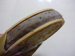 ハーゲンダッツクリスピーサンドチョコレートクッキー&クリーム4.JPG