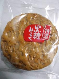 三幸製菓特濃黒糖みるく2.JPG